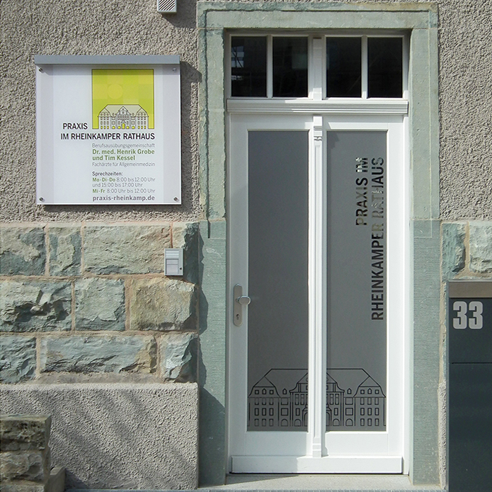 Praxis im Rheinkamper Rathaus · Eingangsschild