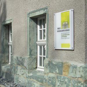 Praxis im Rheinkamper Rathaus · Richtungshinweis
